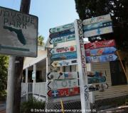 Bunte Straßenschilder im Fischerdorf Cedar Key, Florida.