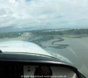 Kurz vor der Landung: Blick aus dem Flugzeug auf die Runway in Cedar Key, Florida.