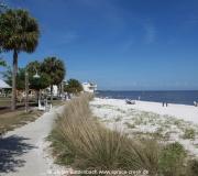 Am Strand von Cedar Key im Golf von Mexiko in Florida.