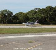 Eine einmotorige Piper auf der Runway in Cedar Key in Florida.