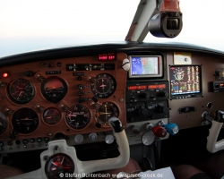 On the left side there is still the old unmodified shotgun panel. First Part of the panel upgrade of N6377Q was the Installation of an JPI EDM 930 Engine Monitor and an Garmin Aera GPS. The EDM 930 is a primary Instrument. So we removed all old engine gauges. --- Mooney M20 IMG_6789fl2010