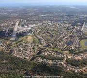Luftaufnahme des Spruce Creek Airpark in Florida. Airportcode 7FL6. Im Hintergrund der Atlantik.