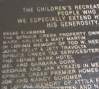 John Travolta und Familie haben für den Spruce Creek Spielplatz gespendet und werden auf einer Dankestafel am Spielplatz erwähnt.