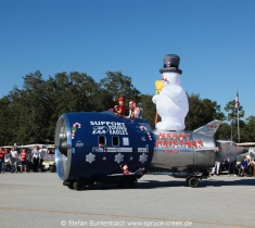 Capt. Holmes ist mit seinem selbstgebauten Jetmobile eine der Attraktionen der Spruce Creek Toyparade --- Impressionen von der Spruce Creek Toyparade 2014 IMG_7557
