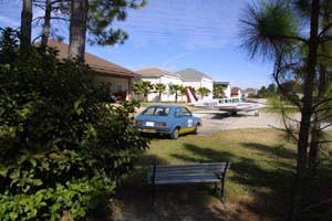 Rollweg mit Flugzeug und Auto in der Spruce Creek Fly-In Community in Florida