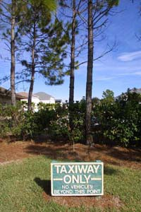 Taxiway only - Schild in der Spruce Creek Fly In Community in Florida