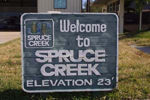 Welcome to Spruce Creek - Schild in der Spruce Creek Fly-In Community in Florida