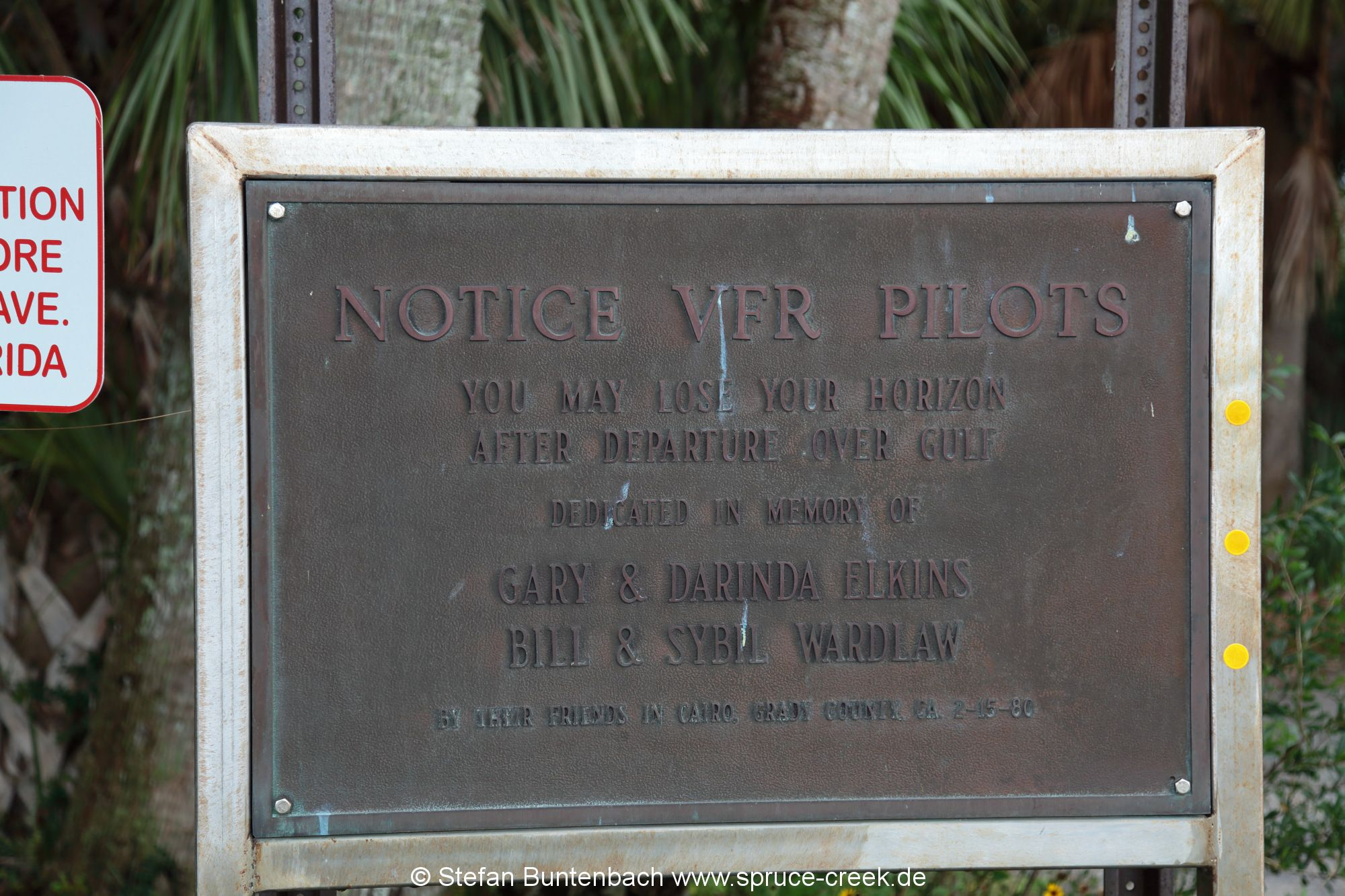 Warnschild am Flugplatz  von Cedar Key Florida: You may your horizon after departure over the gulf.