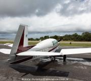 Mooney M20F N6377Q geparkt auf dem Vorfeld des Cedar Key Airports in Florida.