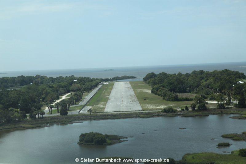 Im Anflug auf Cedar Key Airport. Die Landeahn wirkt wie ein Flugzeugträger.