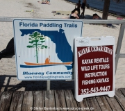 Schild des Florida Paddling Trails in Cedar Key, Florida
