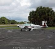 Mooney M20F, N6377Q, abgestellt auf dem Cedar Key Airport.