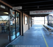 The Dropzone Gearstore am Flugplatz in Deland in Florida