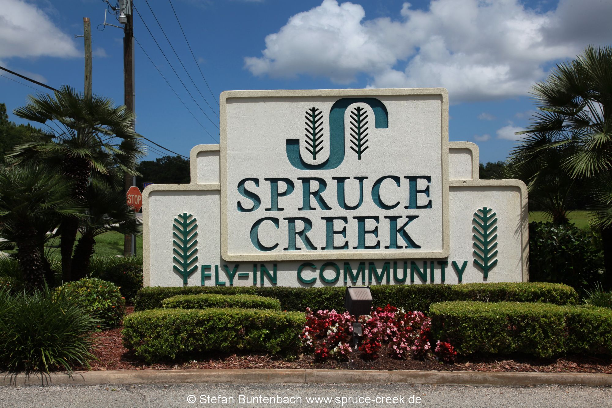 Spruce Creek Eingangsschlid am Nord Gate der Spruce Creek Fly In Community in Florida. Spruce Creek Sign at the noth gate of the Spruce Creek Airpark in Florida.
