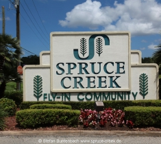 Spruce Creek Eingangsschlid am Nord Gate der Spruce Creek Fly In Community in Florida. Spruce Creek Sign at the noth gate of the Spruce Creek Airpark in Florida.