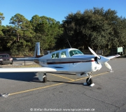 N6377Q, eine Mooney M20F,  parkt auf dem  Jekyll Island  Flugplatz im Süden von Georgia, USA.