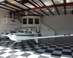 Mooney M20F N6377Q im Hangar in Spruce Creek in Florida
