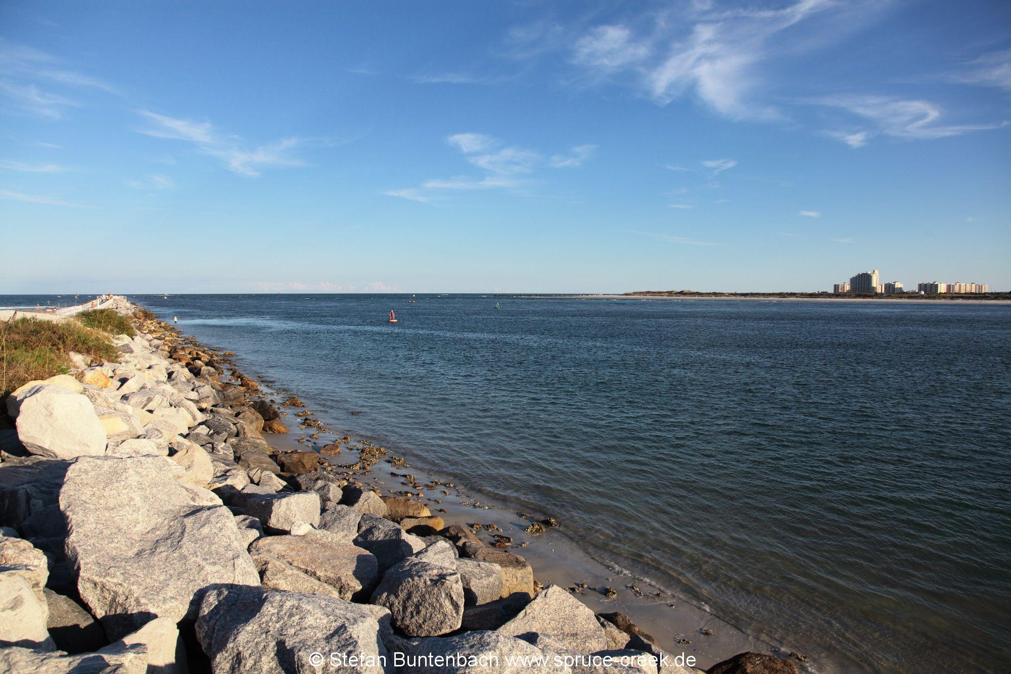 Blick aufs Ponce Inlet in Florida am Atlantik: Im Hintergrund New Smyrna Beach.
