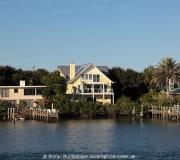 Haus am Wasser mit eigenem Bootsanleger in der Stadt Ponce Inlet in Florida.