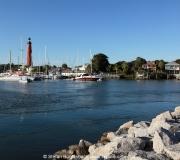 Hafen der Stadt Ponce Inlet in Florida. Im Hintergrund der Ponce Inlet Leuchtturm.