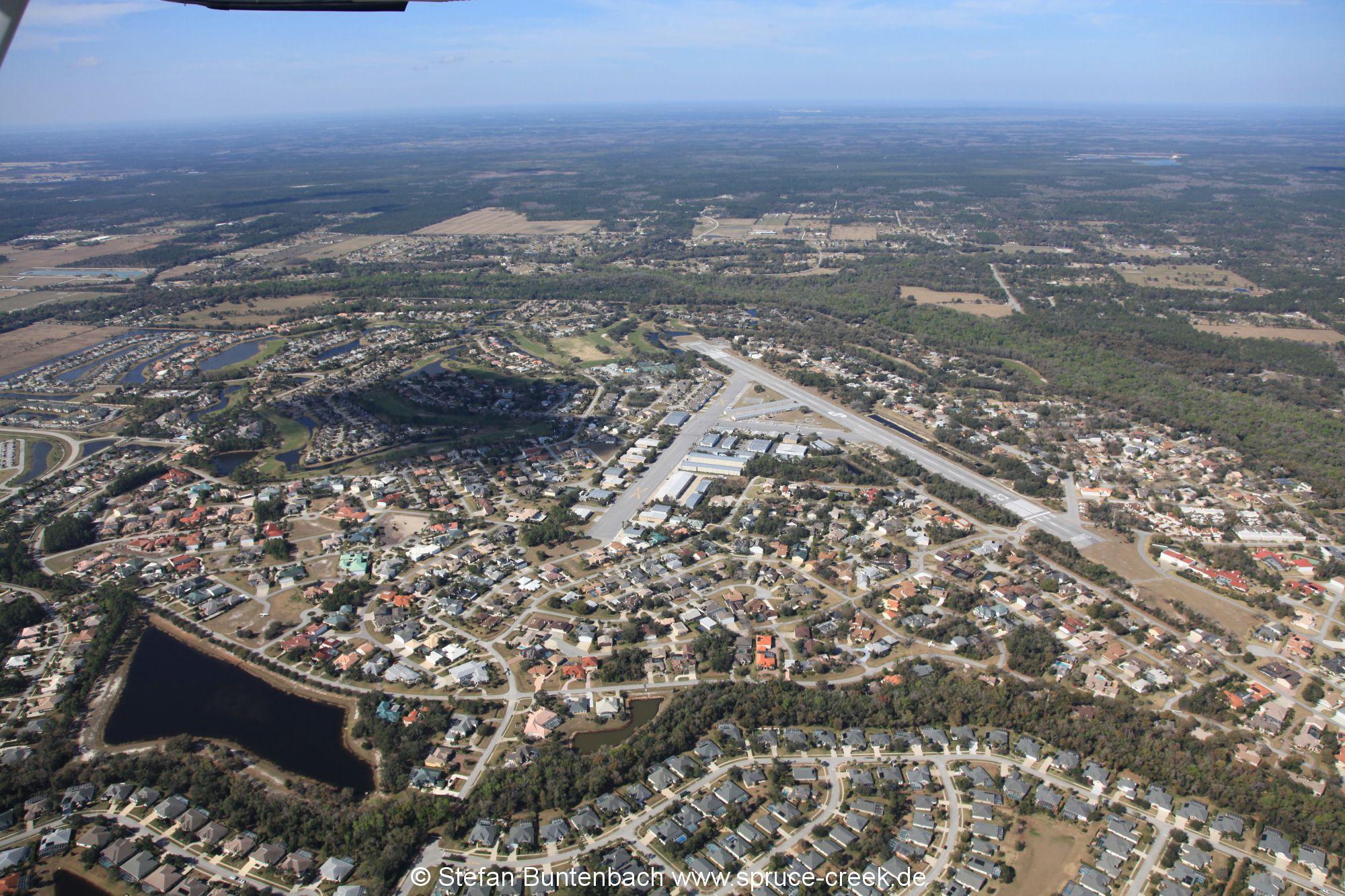 Der Spruce Creek Privatflugplatz in Florida aus der Luft gesehen.