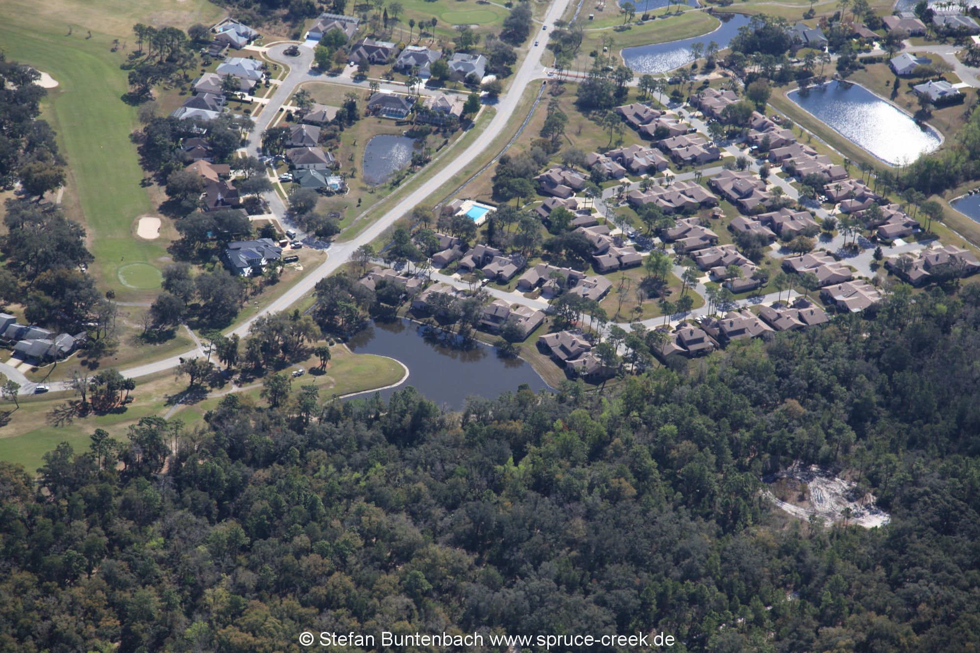 Woodside at Spruce Creek aus der Luft gesehen. Aerial view of Woodside at Spruce Creek.