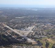 Spruce Creek in Florida aus der Luft gesehen. Im Vordergrund die Runway und im Hintergrund der Atlantische Ozean.