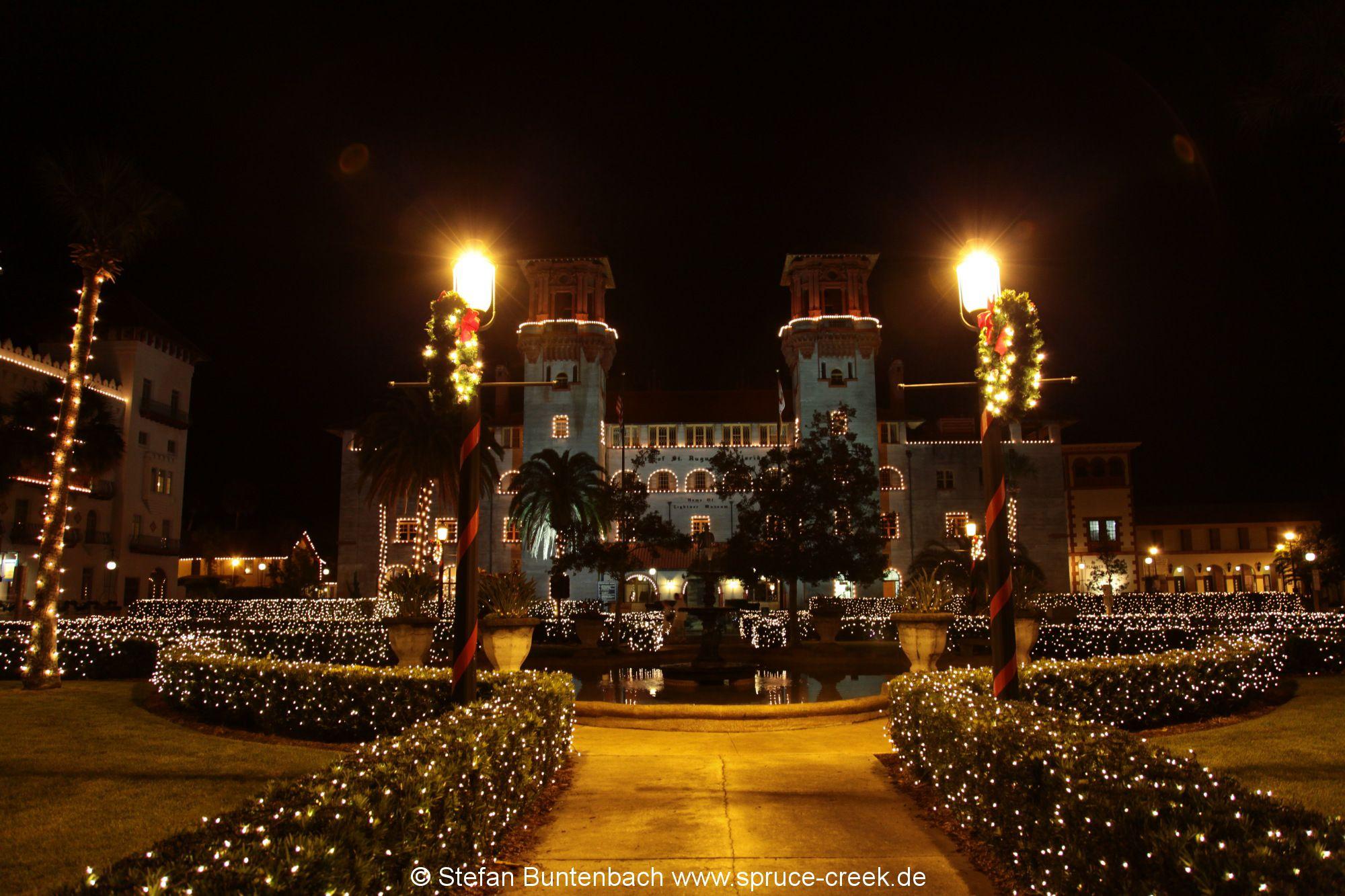 Ponce de Leon Hotel (Flagler College)  in St Augustine in Florida weihnachtlich beleuchtet.