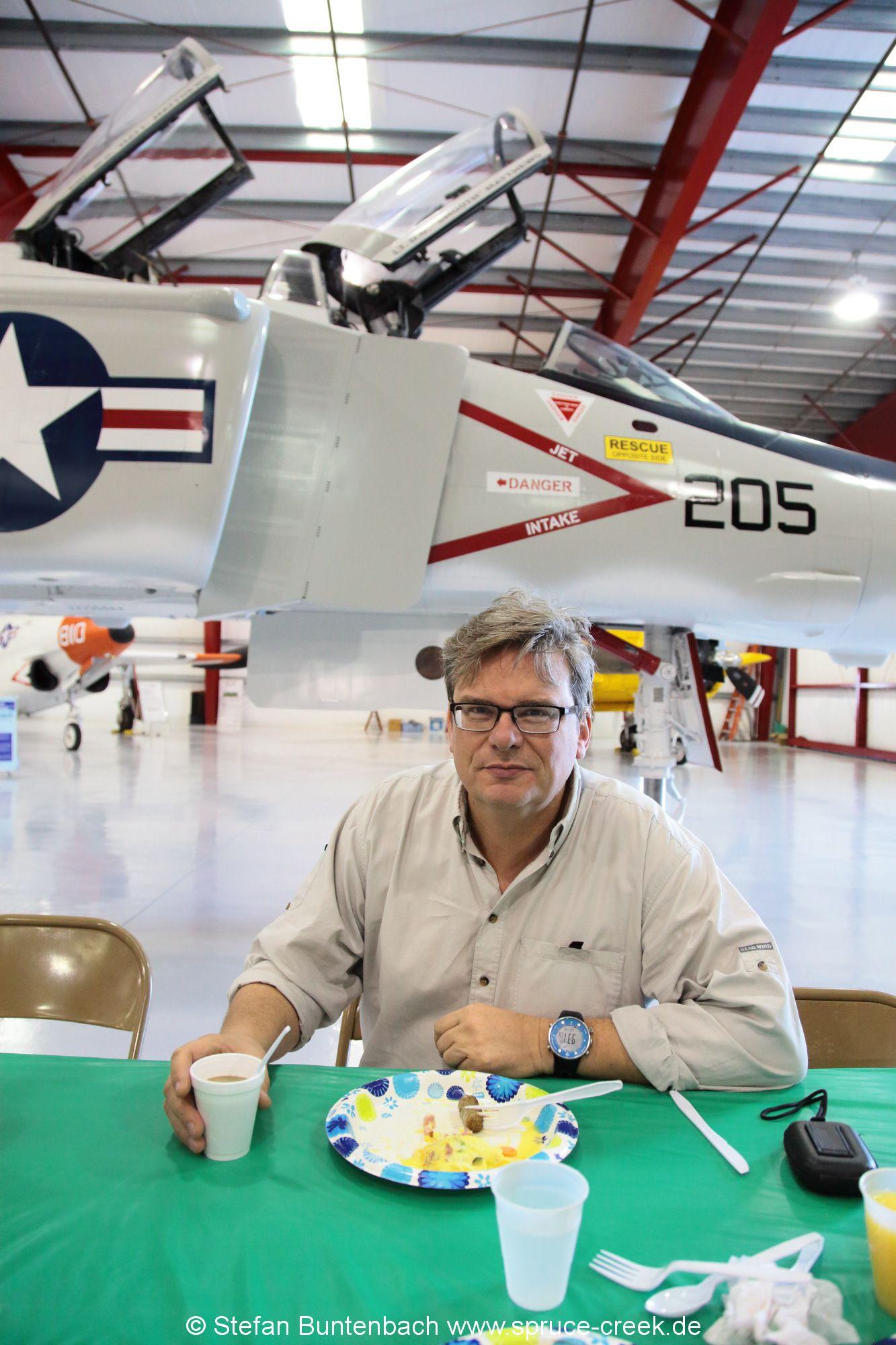 Peter Maier, ein Pilot aus Spruce Creek, geniesst das Frühstück im Titusville Air Museum.