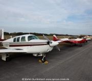 Am Rand eines Taxiways werden die Besucherflugzeuge beim Valiant Air Command Fly-In Frühstück in Titusville geparkt. Im Vordergrund N6377Q, eine Mooney M20F aus Spruce Creek.