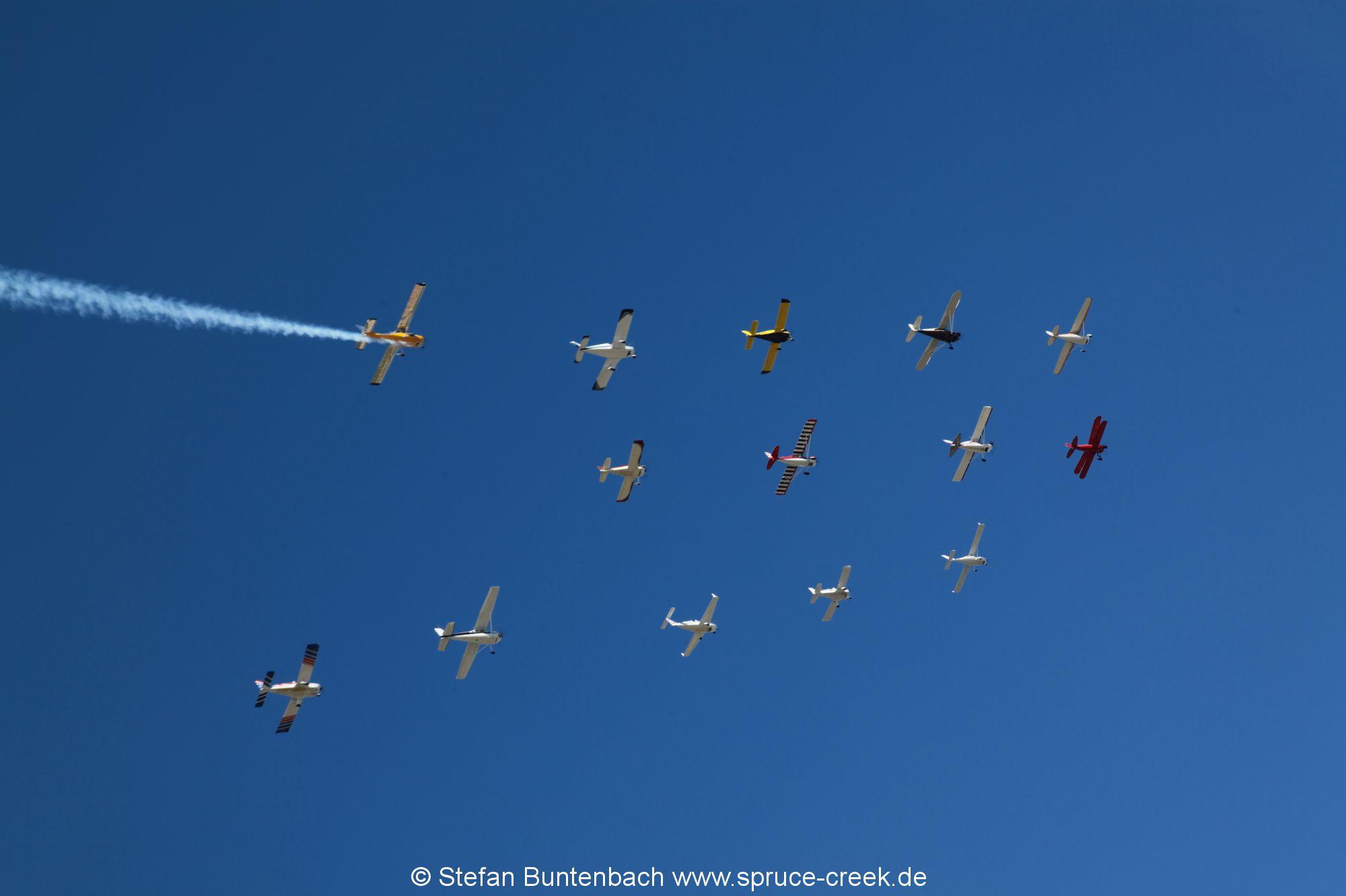 14 Flugzeuge des Gaggle Flight in Formation über Spruce Creek -- Impressionen von der Spruce Creek Toyparade 2014 IMG_7453
