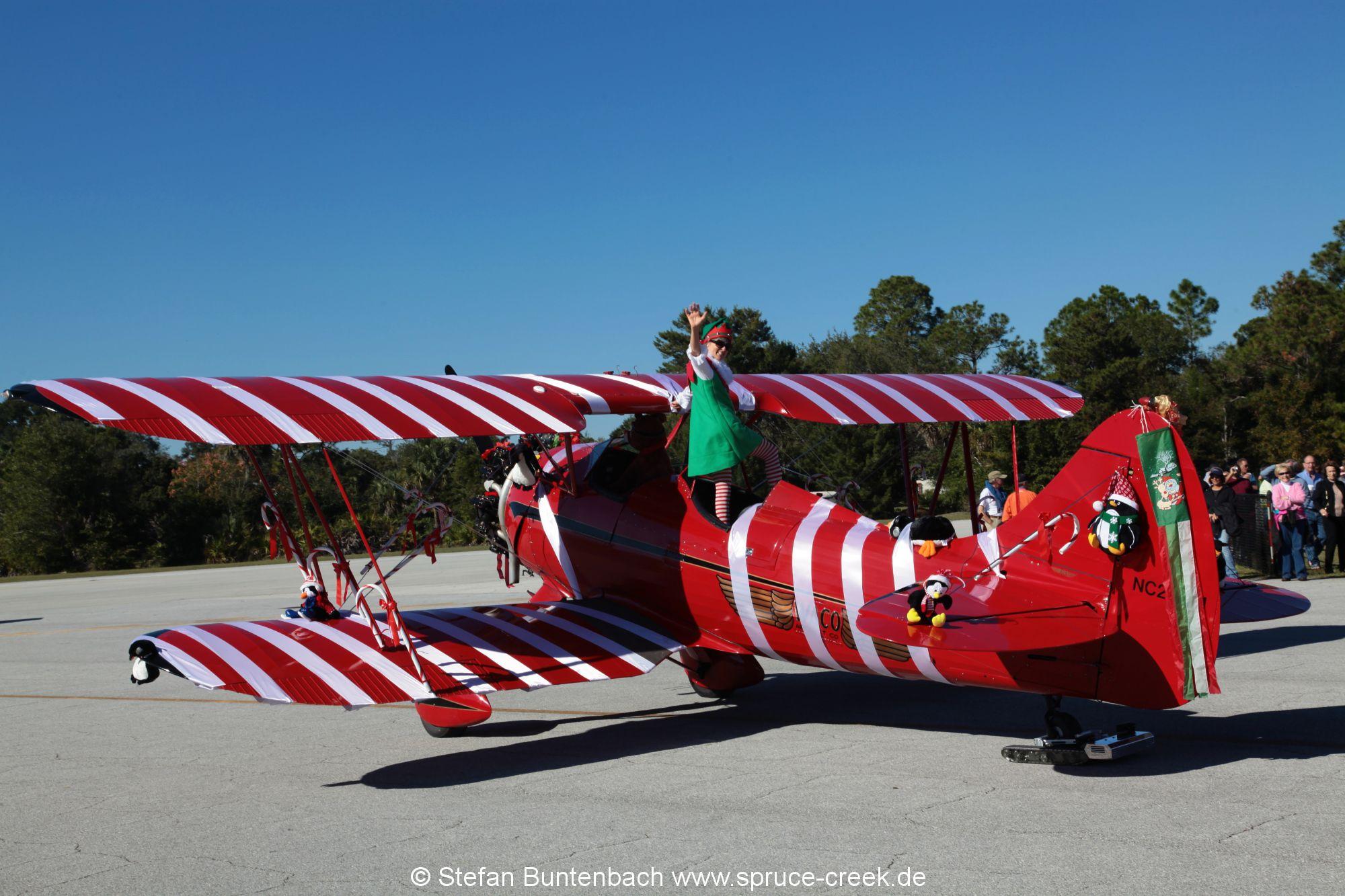 Doppeldecker mit Weihnachtsdekoration als Geschenk verpackt. -- Impressionen von der Spruce Creek Toyparade 2014 IMG_7509