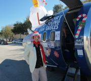 Bitte einsteigen: Kapitän Holmes vor seinem Jetmobile, das er aus einem alten Düsentriebwerk selbst gebaut hat. -- Impressionen von der Spruce Creek Toyparade 2014 IMG_7443