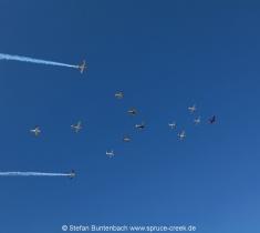 Eine Formation mit 14 Flugzeugen des Gaggle Flight  über Spruce Creek in Florida -- Impressionen von der Spruce Creek Toyparade 2014 IMG_7487