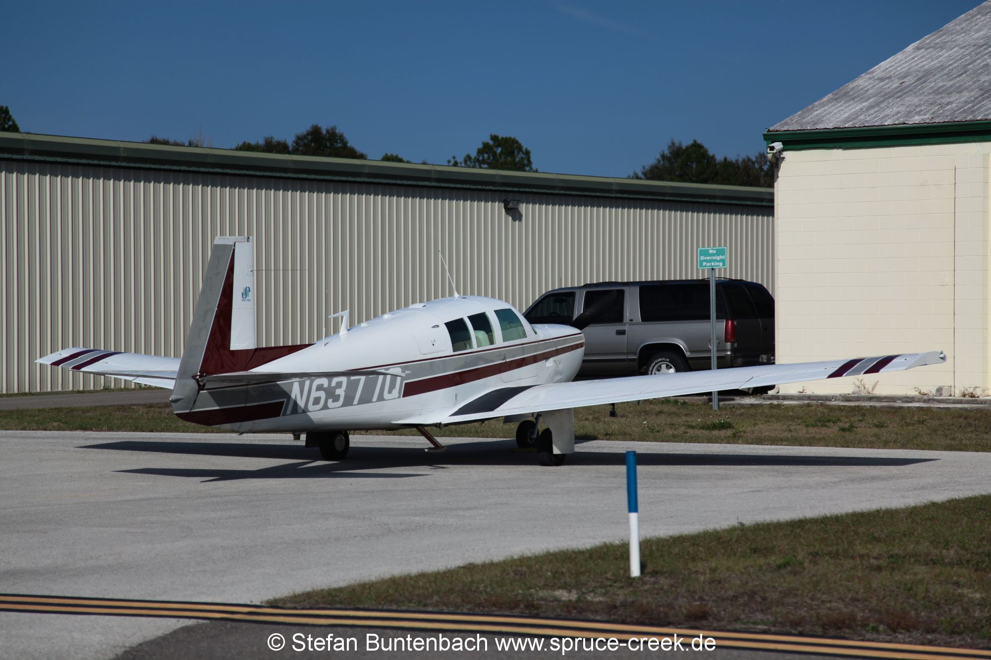 Mooney M20F N6377Q auf dem Flugplatz in Umatilla, Florida.  ---  IMG_7993