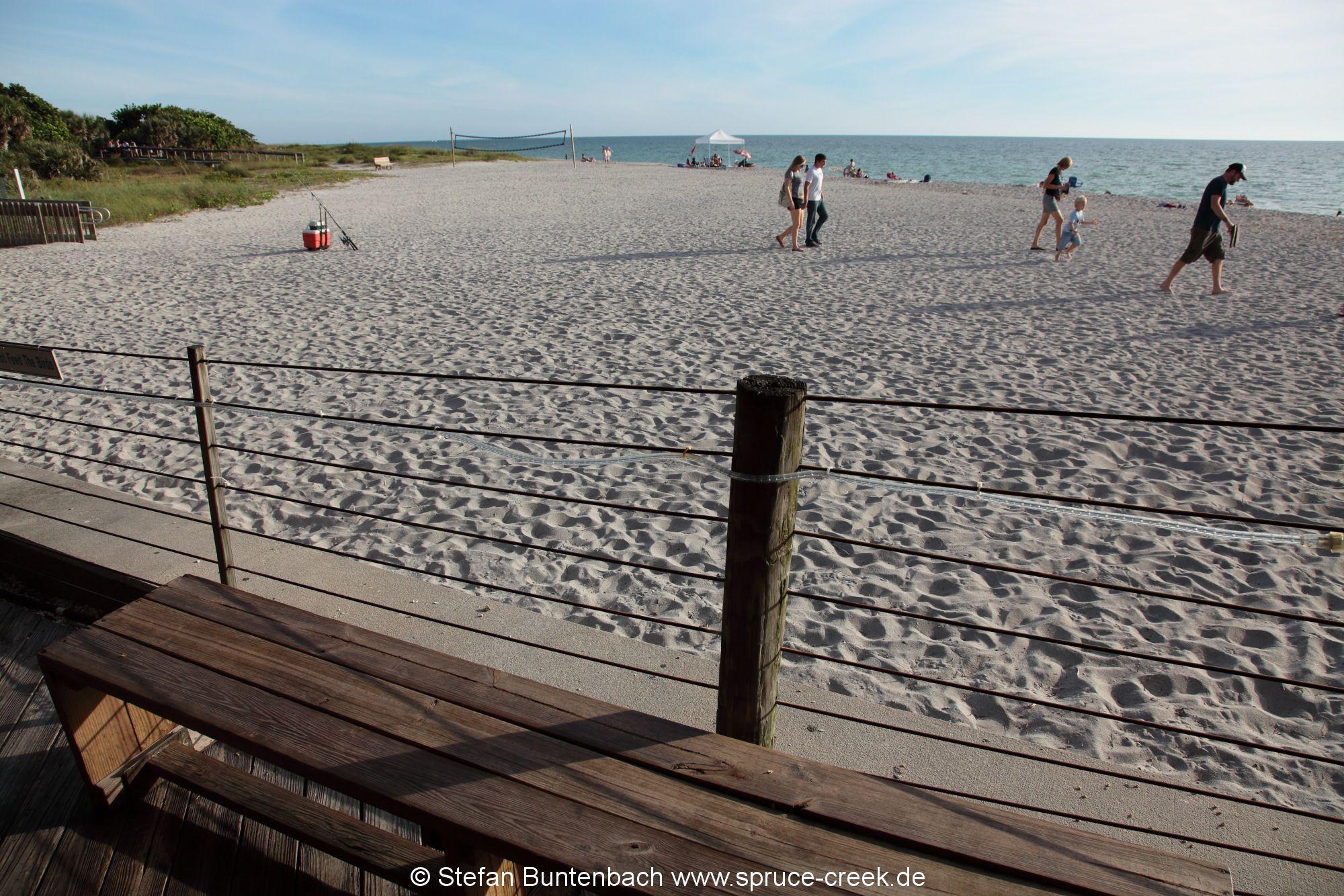 Blick von der Pier auf den Strand in Venice, Florida, am Golf von Mexiko.