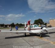 Mooney M20F N6377Q am Flugplatz Venice in Florida mit Pilot Stefan Buntenbach aus Spruce Creek auf der Tragfläche.