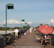 Auf der Pier von Venice in Florida haben es sich einige Angler gemütlich gemacht.
